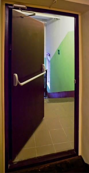 установка железной двери на лестничной площадке в березниках